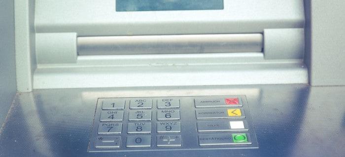 Moins rentables, concurrencés par le mobile, les distributeurs automatiques de billets sont de moins en moins nombreux. L'affaire parait entendue: le développement de la banque sur mobile va toujours plus limiter…