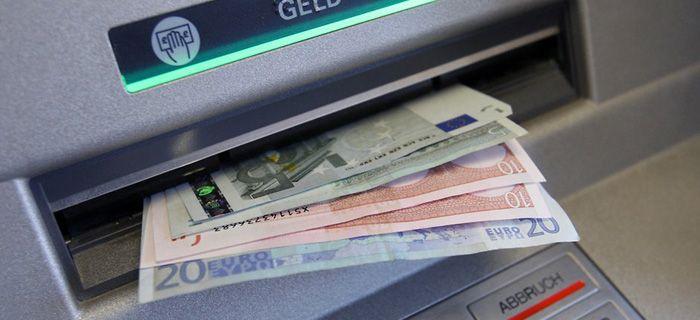 Cash-Management ist kostenintensiv und für jede Auszahlung an einem institutsfremden Geldautomaten zahlen Banken Gebühren, unabhängig vom abgehobenen Betrag. Daher haben bereits einige der großen Direktbanken, wie comdirect und ING-Diba, einen…